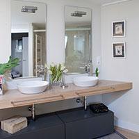 Detalle de los lavabos de los baños