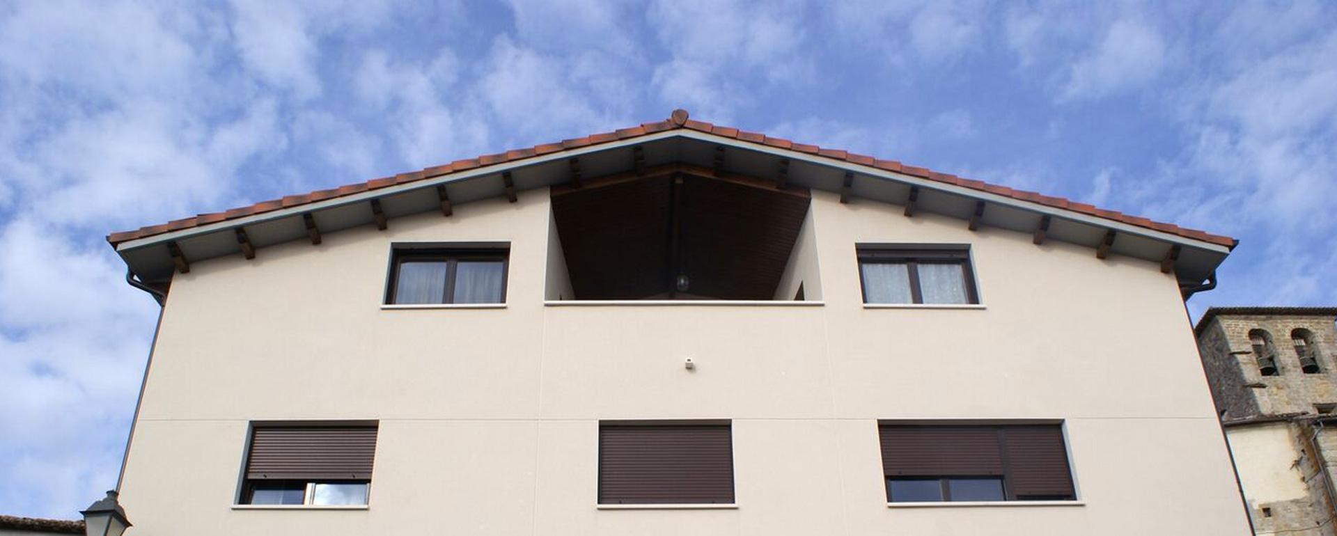 Balcón de vivienda en la cuenca de Pamplona