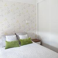 La habitación principal también en tonos blancos