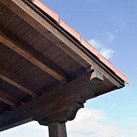 Detalle de la techumbre y pilares de la construcción
