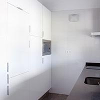 La cocina con mobiliario blanco