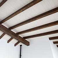 Vigas de madera sustentan el tejado de la vivienda