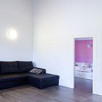 Zona interior con el salón y una de las habitaciones
